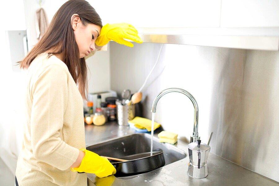 Как быстро помыть посуду? 13 фото как можно вымыть посуду руками за 5 минут, какими средствами легко и просто вычистить кухонную утварь
