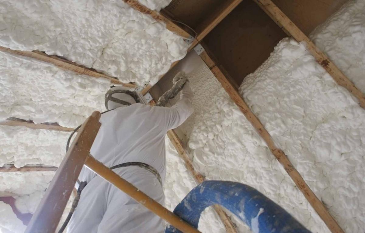 Утепление крыши пеной: как сделать это правильно своими руками?