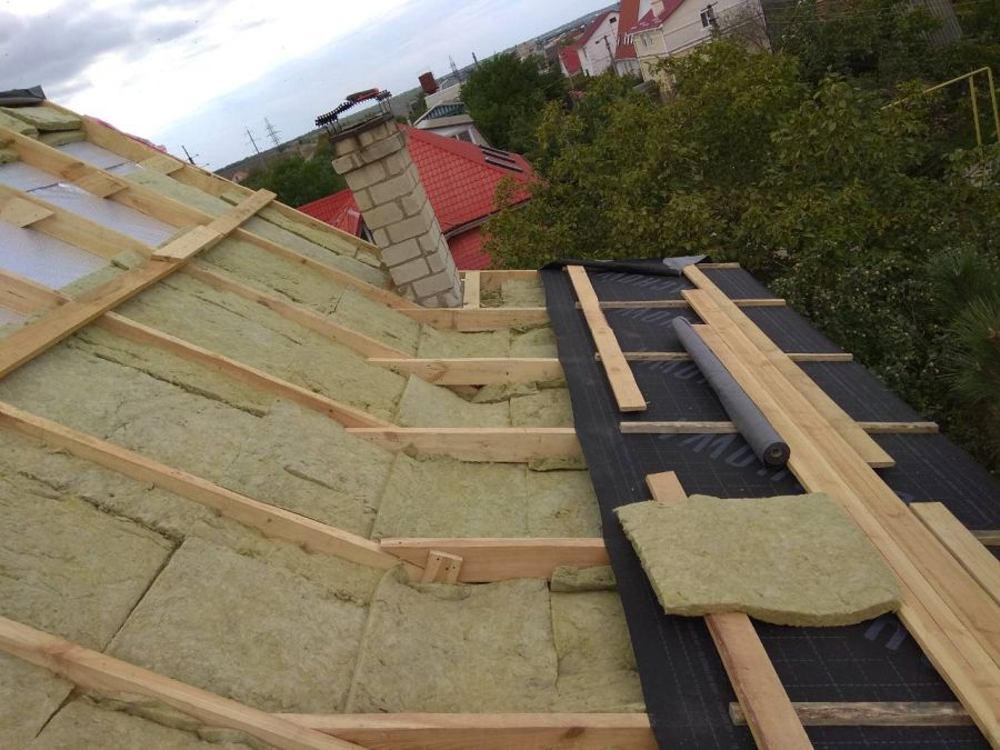 Чем утеплить крышу частного дома: утепление, чем утеплять лучше изнутри кровлю, чем дешевле, выбор материала