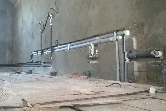 Прячем трубы отопления в стене: плюсы и минусы прокладки в панельных и кирпичных домах, способы монтажа
