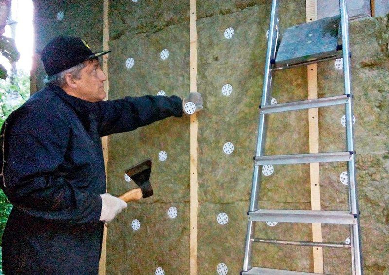 Как крепить утеплитель к деревянной стене: видео-инструкция по монтажу своими руками, особенности крепления грибком, крепежами, цена, фото