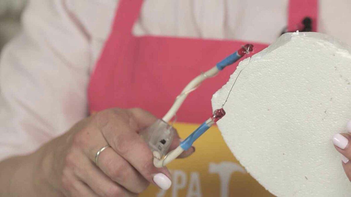 Чем и как покрасить потолочную плитку из пенопласта: выбор краски, инструментов, порядок действий
