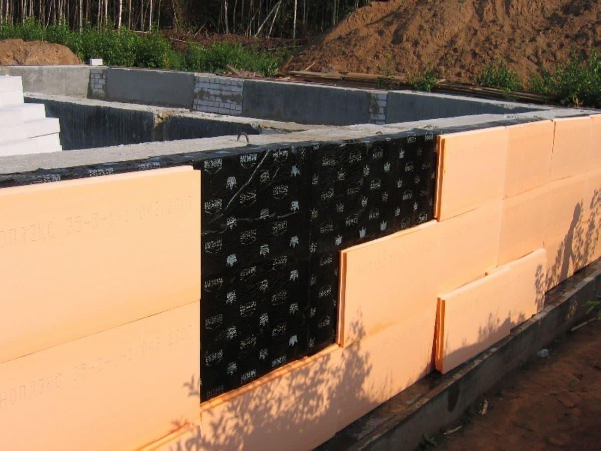 Грамотное утепление и гидроизоляция фундамента коттеджа: материалы, пошаговая инструкция