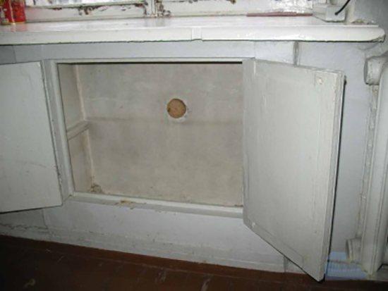 """Холодильник под окном (29 фото): зимняя модель с пластиковыми дверцами под подоконником в """"хрущевке"""", его отделка, отзывы"""