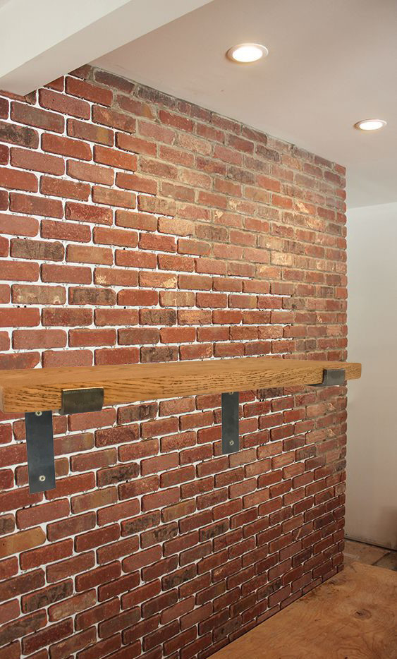 Штукатурка под кирпич (42 фото): декоративная смесь для стен, имитация кирпичной кладки настенного покрытия, изделие кирпичиками в интерьере