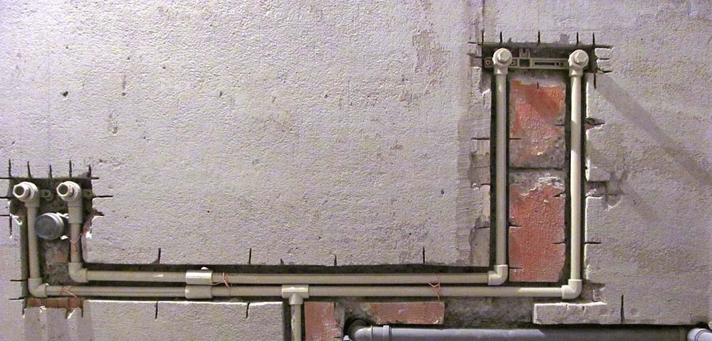 Методы крепления полипропиленовых труб к стене и элементы