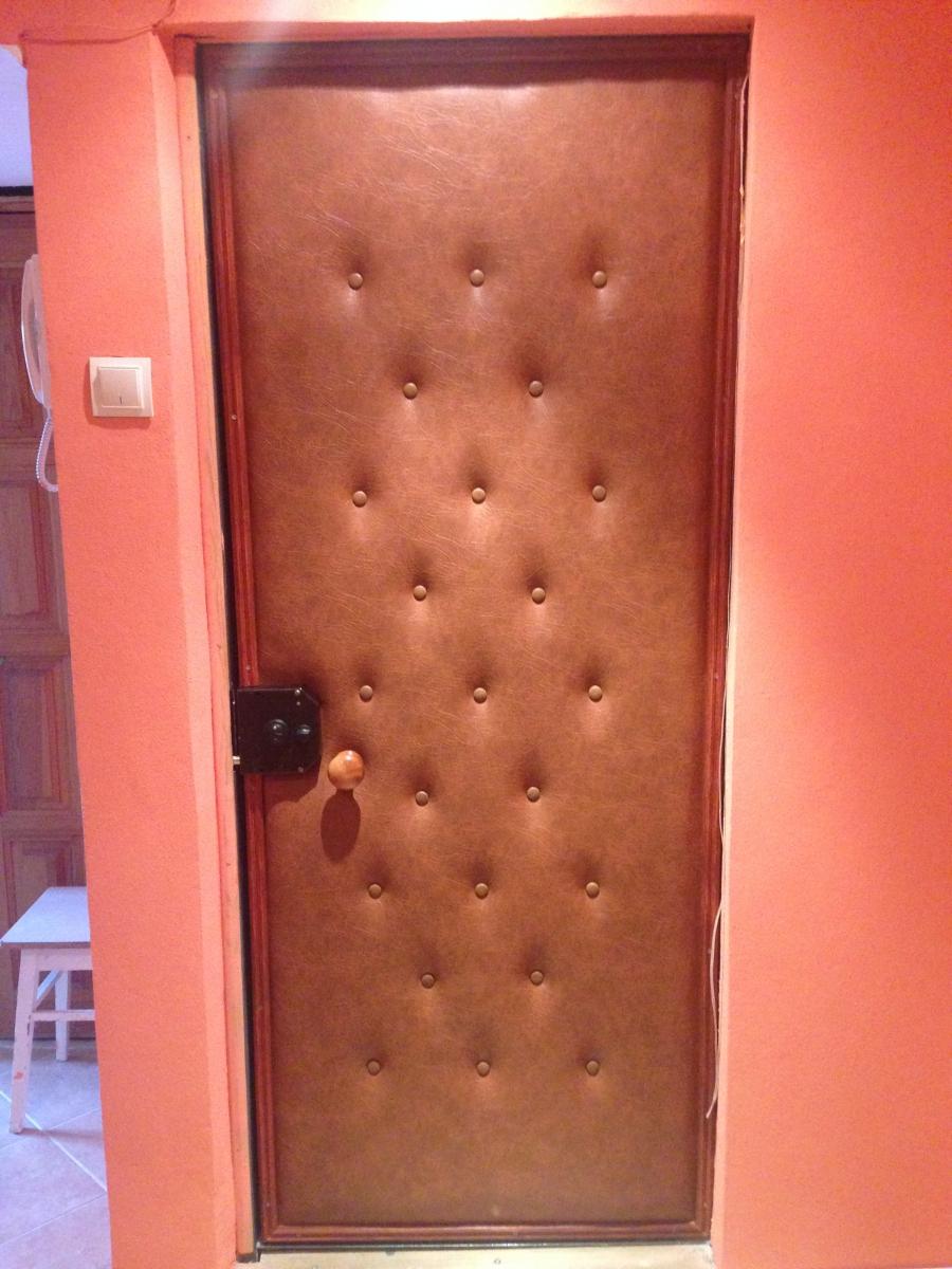 Как утеплить деревянную входную дверь? способы самостоятельного утепления - uteplenieplus.ru