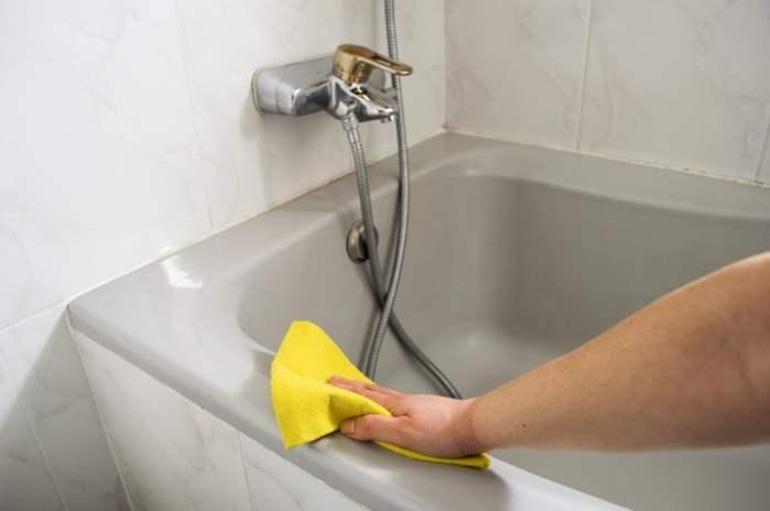 Как быстро очистить ванную от желтого налета