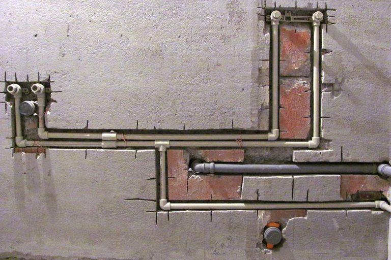 Трубы отопления в стене: плюсы и недостатки