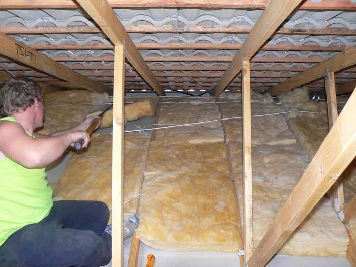 Утепление потолка в доме с холодной крышей пенопластом
