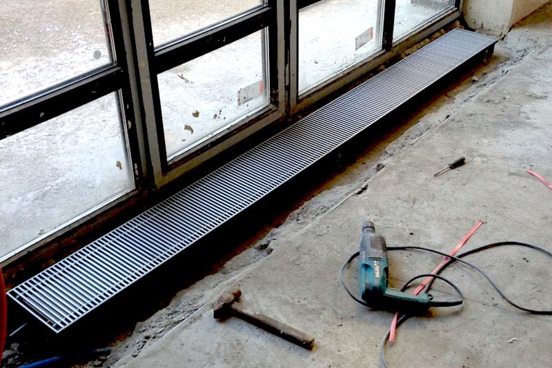 Батареи отопления встраиваемые в пол под окном