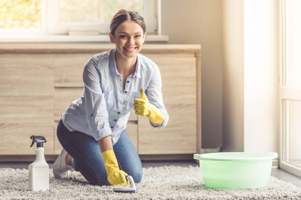 Как правильно вытирать пыль с мебели в доме, чем лучше убрать в воздухе, какие средства для уборки использовать в квартире?