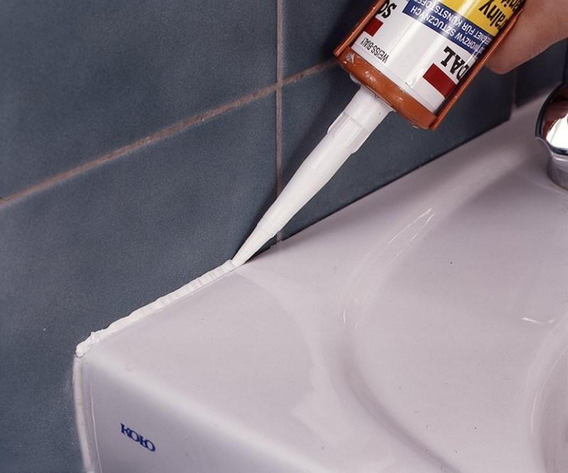 Чем отмыть лишний герметик, попавший на кафель, очистить одежду и руки