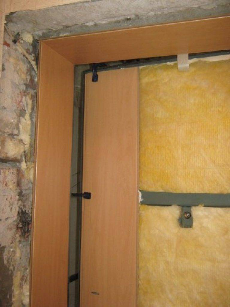 Как утеплить входную дверь частного дома, квартиры своими руками: как правильно заделать щели проемов деревянной, железной (металлической) коробки изнутри и снаружи?