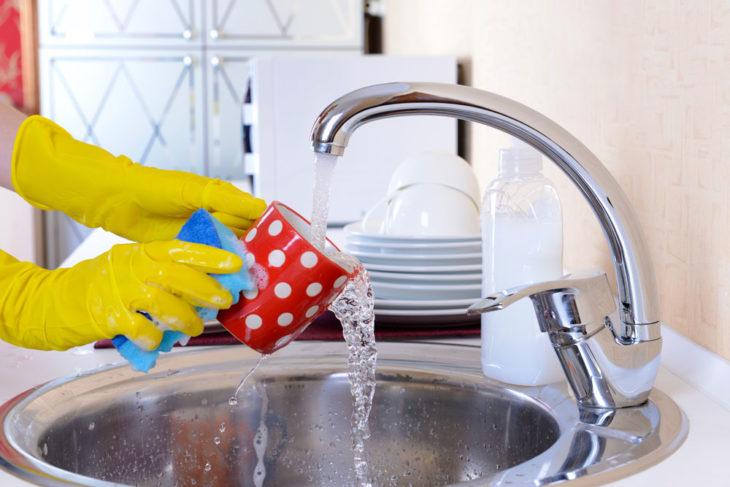 Как быстро помыть посуду в домашних условиях вручную: советы и хитрости