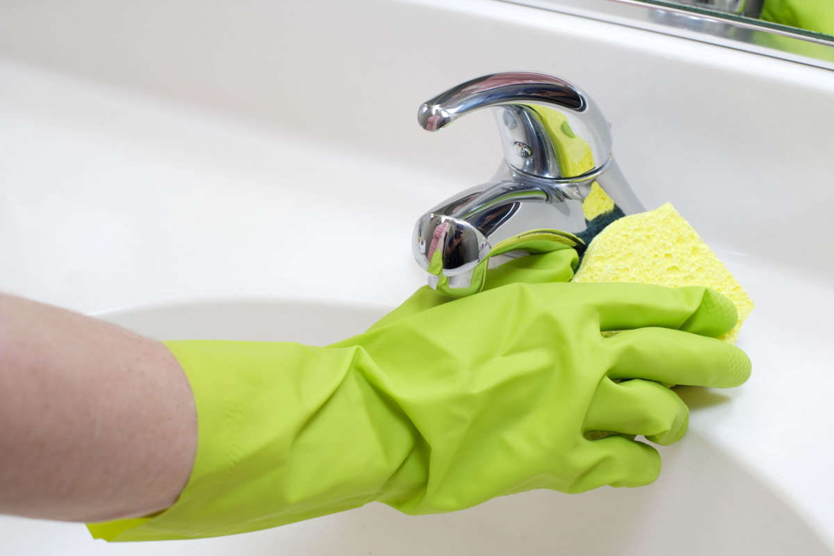 Как очистить краны и сантехнику от известкового налета?
