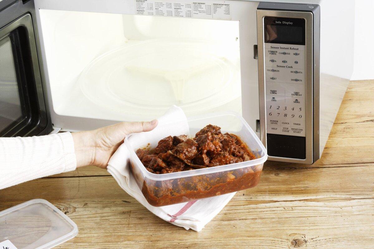 Можно ли разогревать еду в фольге в микроволновке