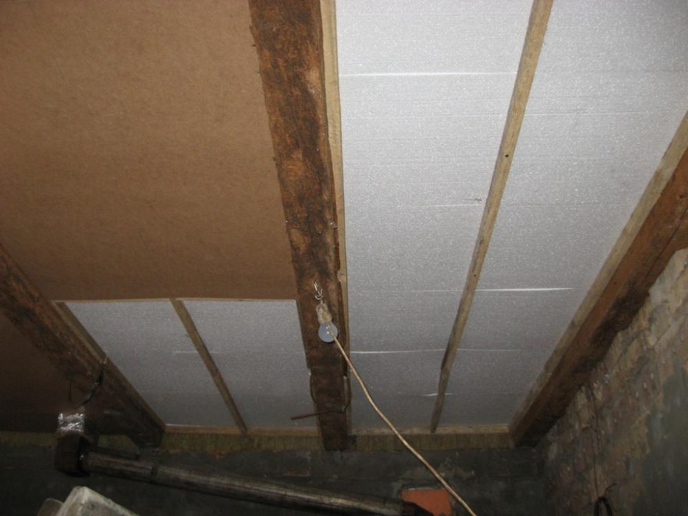 Чем лучше утеплить потолок изнутри в частном доме: выбор материала и последовательность работ