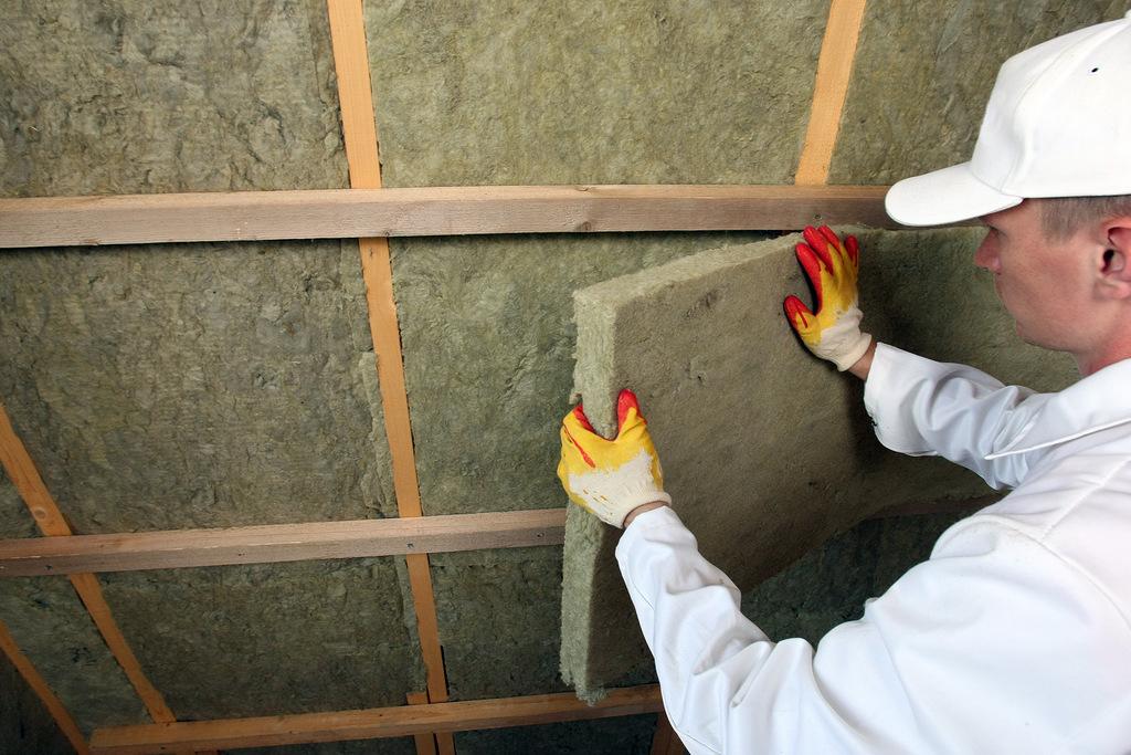 Утепление стекловатой: преимущества и особенности использования изоляционного материала