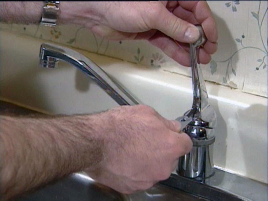 Капает кран на кухне: как починить и устранить течь