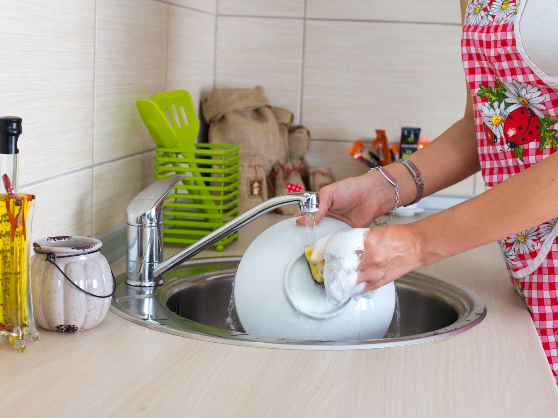 5 простых советов, как быстро мыть посуду вручную