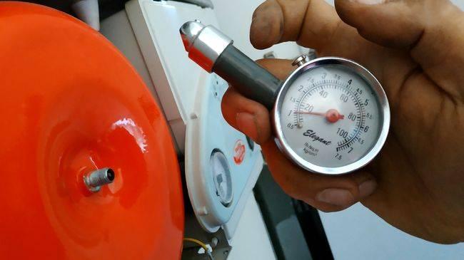 Нужно ли закачивать воздух в расширительный бачок. какое должно быть давление в расширительном бачке отопления