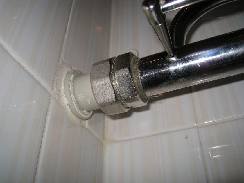 Как устранить течь в трубе с водой под давлением: чем заделать без сварки